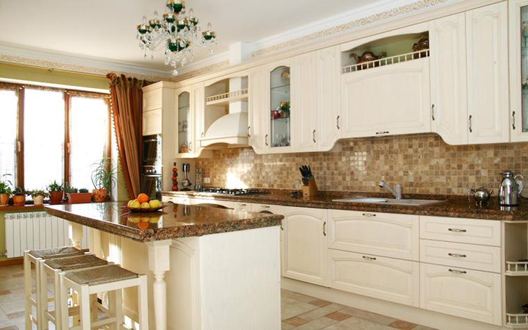 <p>Автор: Студия дизайна интерьеров  Interior&amp;Decor</p> <p>Классическая кухня этого загородного дома снабжена мраморными столешницами. На одной из стен оставлена открытая кирпичная кладка. Классика!</p>