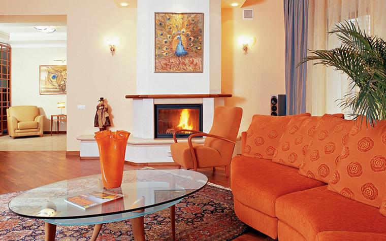 <p>Автор проекта: Лариса Камалетдинова.&nbsp;Фотограф: Андрей Шевченко</p> <p>В данном интерьере оранжевый цвет доминирует в многочисленных деталях, коврах, даже в оттенках стен и пола. Но самое крупное оранжевое пятно - диван. Такая активность идеальна для гостиной, но может быть избыточной для спальни, например.</p>
