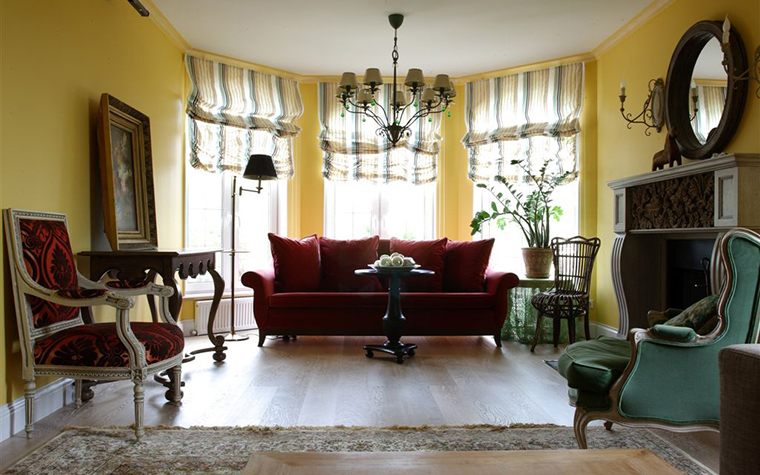 <p>Автор: Ирина Дымова</p> <p>Эркерная гостиная в загородном доме оформлена в классическом стиле. Чтобы создать симметричную композицию, в центре эркера был помещен диван, обращенный спиной к оконным проемам. Такое необычное размещение вполне оправдано. Сидя на диване можно не только обозревать всю гостиную, но и получать правльный дневной свет, рекомендуемый для чтения.</p>