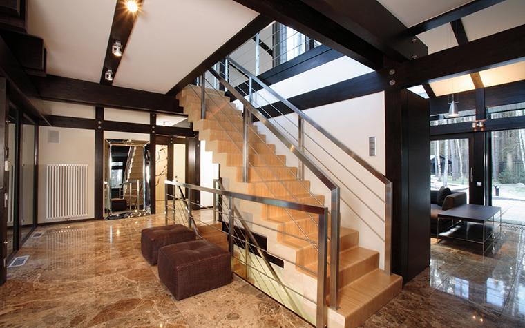 <p>Автор проекта: проектное бюро &laquo;АРХИ ТЕ КТО&raquo;.</p> <p>Современные лестницы чаще всего изготавливают из нескольких типов материалов: так, из металла могут быть выполнены не только перила, но и основание. Такие сочетания позволяют сделать лестницу более прочной и устойчивой.</p>
