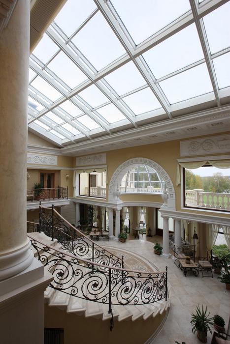 <p>Автор проекта: архитектурное бюро «Пятый радиус». Фото: Михаил Степанов.</p> <p>Круглая парадная лестница с ажурной решеткой перил — центральный элемент оформления дизайна холла в доме. <br /> </p>