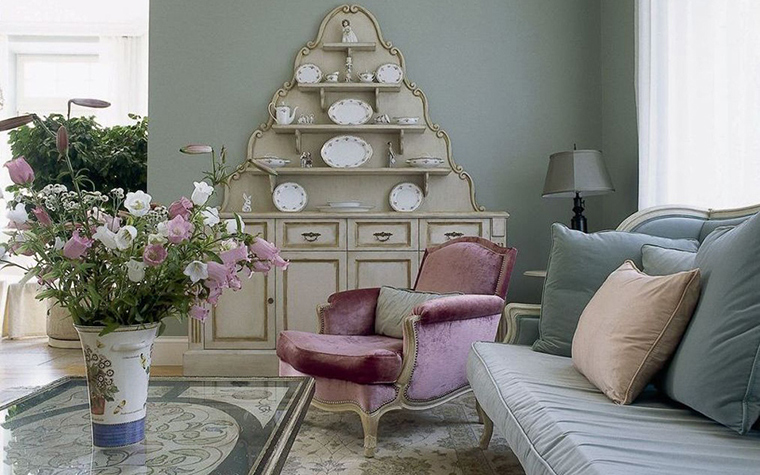 <p>Автор проекта: Ирина Дымова. Фотограф: Михаил Степанов.&nbsp;</p> <p>Немного розового цвета, вроде плюшевого кресла и букета колокольчиков, очень уместно в этом интерьере, выполненном в стиле современной классики.</p>