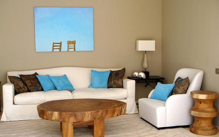 <p>Автор проекта: Мария Карташова.</p>  <p>Белый, голубой, песочный и цвет некрашенного дерева этой гостиной отлично рифмуются с чудным маслом в стиле Штеренберга.</p>