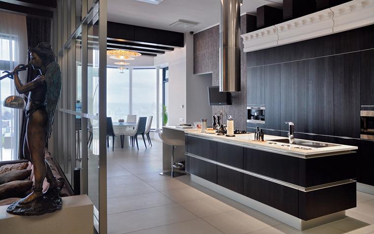 <p>Автор проекта: Архитектурное бюро &quot;SNOU Project&quot;&nbsp;</p> <p>Огромный опенспейс гостиная - столовая - кухня обязывает кухонный остров быть очень стильным, таким же, как окружающие его предметы и аксессуары. </p>