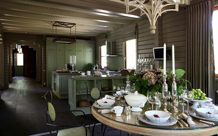 <p>Авторы проекта: Татьяна Аленина, Ирина Мухачева.</p> <p>Французы очень любят&nbsp; продолжительные застолья&nbsp; и поэтому&nbsp; большие деревянные столы непременный элемент интерьера в стиле прованс. Столы могут быть как длинные прямоугольные, так овальные и&nbsp; круглые. Главное, что это&nbsp; отличное место для красивых натюрмортах в стиле прованс.&nbsp; Обычно они выставляются на светлых льняных скатертях с большим количеством тканых салфеток. И включают в себя столовые фарфоровые и фаянсовые сервизы, множество&nbsp; бокалов для разного сорта вин. А также свечи и обязательные букеты. Иногда вся эта красота выставлена на деревянных столешницах или, чтобы сохранить старинное дерево, на подставке из прозрачного стекла.&nbsp;</p>