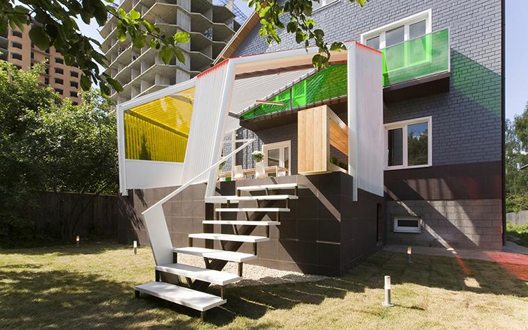 <p>Автор: архитектурная мастерская za bor.</p> <p>Необычный загородный дом в духе деконструкции потребует  необычную дизайнерскую террасу. Она даже может выступать как будто скала над фундаментом дома и иметь яркие цветные стекла. </p>