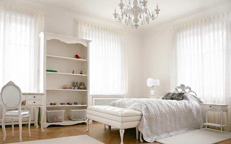 <p>Автор проекта: Palladio Projects</p> <p>Детская комната девочки оформлена как изысканная женская спальня-будуар. Кровать с ажурной спинкой, изящная банкетка, классическая люстра, &nbsp;все это выдержано в белых тонах, усиленных шелковым блеском. Один лишь пол из светлого дерева оттеняет эту белоснежную обстановку.</p>
