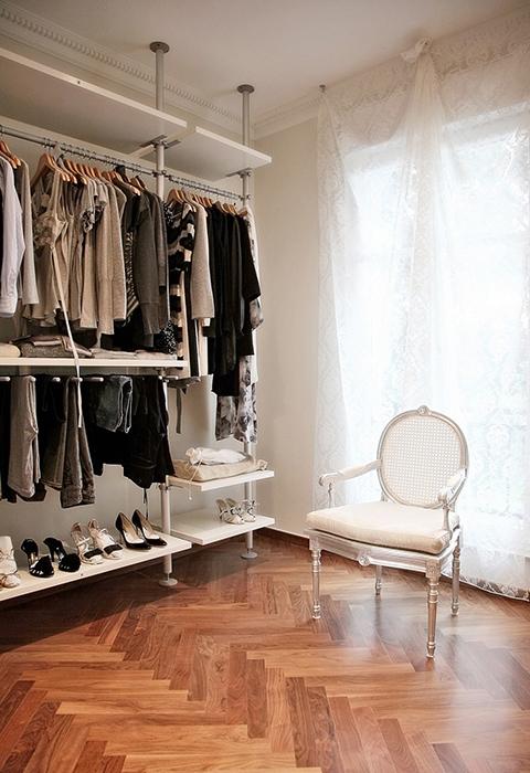 <p>Автор проекта: Palladio Projects</p> <p>Гардеробная комната выглядит очень элегантно. Классическая паркетная &quot;елочка&quot;,&nbsp; белое ампирное кресло, полупрозрачные драпировки и небольшой открытый стеллаж, который демонстрирует выставку красивой одежды.</p>