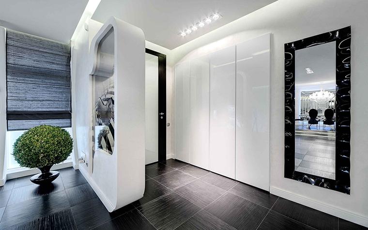 <p>Автор проекта: Марина Кутузова</p> <p>Сложный световой сценарий с многочислеными подсветками, закарнизным  светом и шарами-светильниками на потолке у двери, оправдан сложной  композицией и конфигурацией этого помещения.</p>