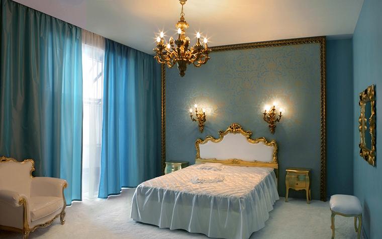 <p>Автор проекта: Яна Веселова&nbsp;</p> <p>Бело-голубая спальня с золотистыми деталями классических форм выглядит ярко и эффектно. Главный фокус в симметричной композиции, в центре которой фигурное изголовье кровати с золотистым кантом, обрамленное парными бра из золоченой бронзы. Фоном для композиции стала панель, затянутая обойным штофом и оформленная классическим багетом. Чем не картина!</p>