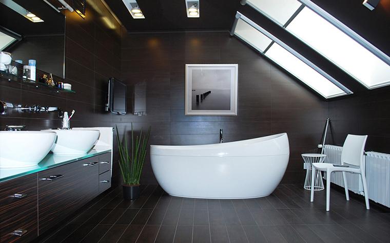 <p>Автор проекта:  Елена Анисимова.</p> <p>Черный деревянный пол, такой же потолок и стены в этой мансарде стали шикарным фоном для ослепительно белой сантехники. </p>