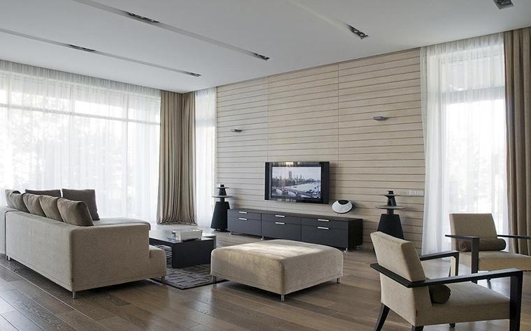 <p>Автор проекта: Владимир Мельниченко.</p> <p>В минималистичных интерьерах потолочный дизайн, как правило, решается сдержанно. В просторной монохромной гостиной загородного дома точечные светильники встроены с углубленные линии на потолке. Кроме функциональной роли эти световые линии - важный композиционный элемент, они делают пространство более ритмичным.</p>