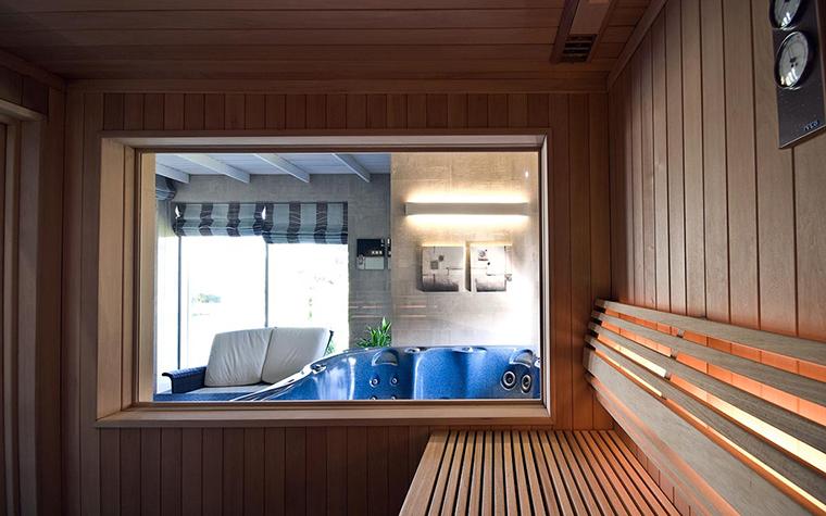<p>Автор проекта: Владимир Мельниченко</p> <p>Небольшая парилка, отделанная деревянными досками с широкой лавкой из реек, имеет большое стеклянное окно в ванную комнату. Окно позволяет хорошо освещать парилку естественным светом, а также быть в курсе всего происходящего в ванной.</p>