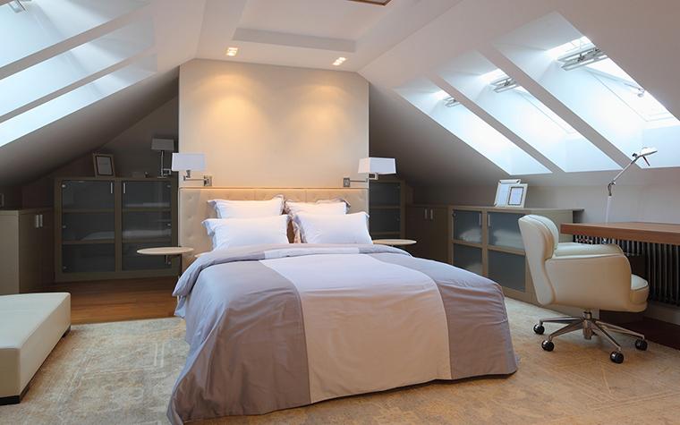 <p>Автор проекта: Борис Уборевич-Боровский (МАО)</p> <p>Парные бра оформили изголовье двуспальной кровати и подчеркнули симметричную композицию интерьера мансардной спальни.</p>