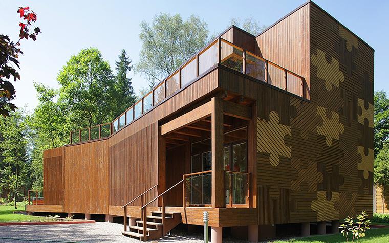 <p>Автор: Тотан Кузембаев. &nbsp;</p> <p>Свои, якобы простые деревянные дома, Тотан Кузембаев всегда умело и уютно вписывает, что называется, в нетронутый ландшафт.</p>