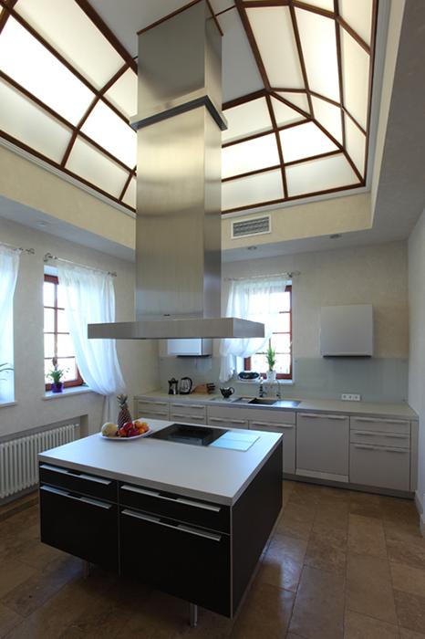 <p>Автор проекта: Дарья Шатилова. Фотограф: Разутдинов Зинон&nbsp;</p> <p>Высокий потолок со стеклянным куполом акцентирует кухонный остров как центр композиции. </p>