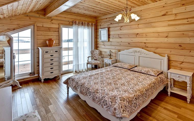 <p>Автор проекта:  студия архитектуры и дизайна DESIGN-DO.&nbsp;</p> <p>Два мансардных окна разной формы делают кантри этой спальни вполне эффектным.</p>