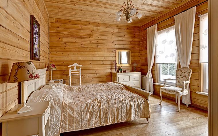 <p>Автор проекта: DESIGN-DO</p> <p>Главное украшение спальни в загородном доме - деревянные отделки стен, пола и потолка. На фоне золотистого дерева отлично смотрится белая мебель и текстиль из плотного хлопка цвета отбеленного полотна.</p>