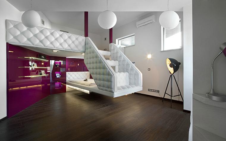 <p>Автор проекта: Виктория Якуша.&nbsp;</p> <p>Эта сложная конструкция с лестницей, ведущей на антресоли - тоже современный интерьер. </p>