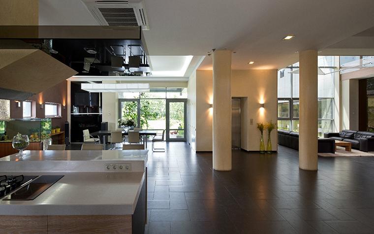 <p>Автор проекта: Виктория Якуша.</p> <p>Решение для загородного дома &mdash; огромное студийное пространство нижнего этажа благодаря сплошному стеклению стены связанно с окружающей природой.</p>