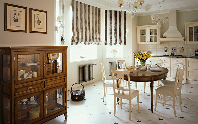 <p>Автор: бюро I.D. Interior Design</p> <p>Большая классическая кухня этого загородного дома дополнена коллекцией графики и посуды в комоде, стилизованном под музейную витрину.</p>