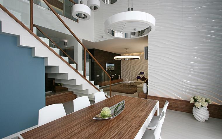 <p>Автор проекта: архитектурная мастерская SVOYA studio.</p> <p>Рельефная поверхность глянцевых стеновых панелей напоминает рябь на поверхности моря. Элементы интерьера из дерева, а также сочетание синего и белого цветов усиливает этот эффект.</p>