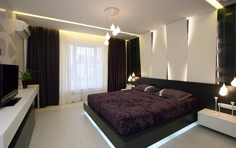 <p>Автор проекта: архитектурная мастерская SVOYA studio.</p> <p>Оригинальный вариант дизайна спальни с подсветкой подиума кровати.</p>