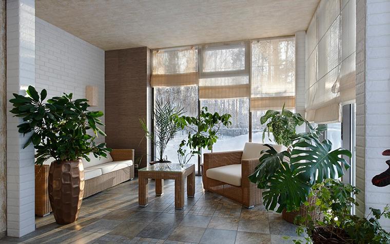 <p>Автор проекта: Светлана Байдюк&nbsp;</p> <p>В интерьере зимнего сада использовано все натуральное и природное: живые растения, плетеная мебель, деревянные кашпо, каменный пол. На фоне серо-бежевой гаммы эффектно смотрится яркая зелень монстер, юкк, фикусов и диффенбахий.&nbsp;</p>