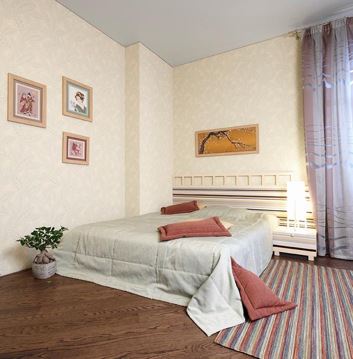<p>Автор проекта: Светлана Байдюк.&nbsp;</p> <p>Низкая кровать, нейтральные&nbsp; бумажные обои желтовато-бежевого тона и коллекция китайских рисунков на стенах способны создать китайское настроение в этой спальне. </p>