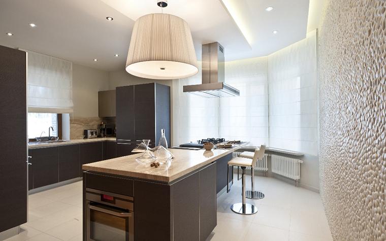 <p>Автор проекта: Дизайн-студия &laquo;АвКубе&raquo;. Фотограф: Александр Камачкин&nbsp;</p> <p>Обеденная часть кухонного острова здесь непосредственно переходит в рабочую, с варочной панелью.</p>