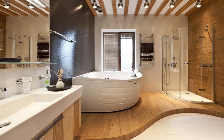 <p>Автор проекта: АвКубе<br /> Фотограф: Алексей Камачкин</p> <p>Эта угловая ванна - лишь дорогая деталь насыщенного сантехникой и мебелью интерьера санузла.</p>