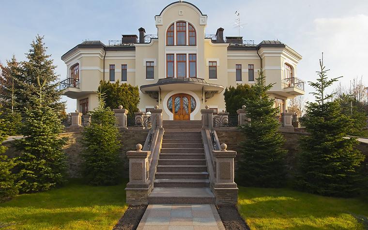 <p>Автор проекта: Наталья Фарносова&nbsp;</p> <p>Фасад этого загородного дома в английском стиле торжественен. Дому определена самая высокая точка на участке, что добавляет ему величавости, английской осанки. </p>