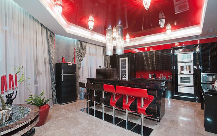 <p>Автор проекта: Наталья Фарносова.&nbsp;</p> <p>Открытое пространство гостиной освещено с помощью серии потолочных светильников и яркой закарнизной подсветки. Световая светодиодная линия подчеркнула необычную геометрию помещения.</p>