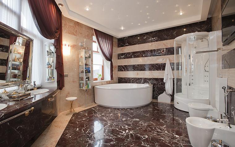 <p>Автор проекта: Наталья Фарносова</p> <p>Простая форма угловой ванны без излишеств, как нельзя лучше подходит к интерьеру, насыщенному декором, дорогими материалами, аксессуарами.</p>