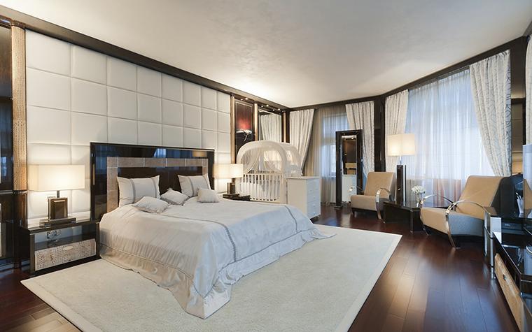 <p>Автор проекта: Наталья Фарносова.&nbsp;</p> <p>Неожиданная геометрия стен спальни и двух окон, делают пространство очень выразительным.</p>