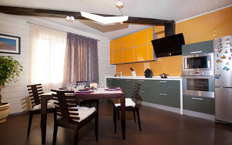 <p>Автор проекта: дизайн студия INSOMNIA.</p> <p>Теплое желто-оранжевое пятно этой кухни, как говорят профи, способно возбуждать аппетит! Серый, коричневый и сиреневый смягчают активный желто-оранжевый.</p>
