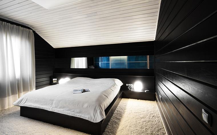 <p>Автор проекта: дизайн студия INSOMNIA.&nbsp;</p> <p>Эта спальня загородного дома выглядит очень стильной. Черный глянец стен и мягкий пушистый белый ковер - это не только игра на контрасте цветов, но игра на контрасте фактур.</p>