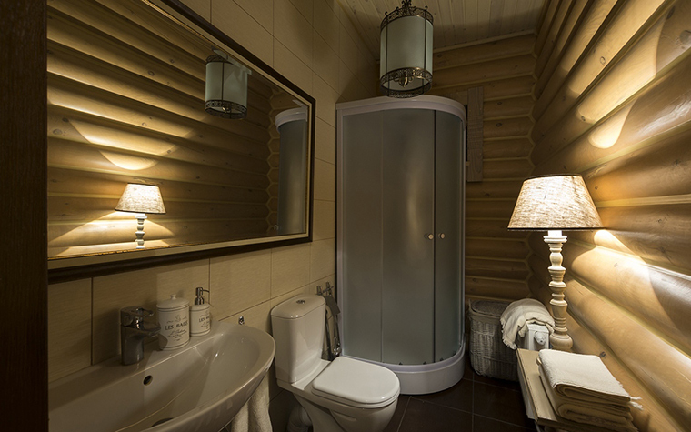 <p>Автор проекта: Варвара Зеленецкая. Фотограф: Виктор Чернышев.&nbsp;</p> <p>В этой ванной комнате брутальные бревна деревянного сруба отлично скомпанованы с дизайнерской сантехникой и светом.</p>