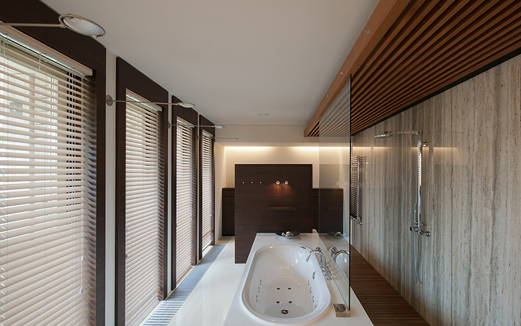 <p>Автор проекта: Абрамов Павел (архитектурное бюро &laquo;АРДЕПО&raquo;).</p> <p>Строгая геометрия и минималистичный дизайн ванной комнаты определили декор окон. Самый подходящий вариант здесь &mdash; жалюзи.</p> <p>&nbsp;</p>