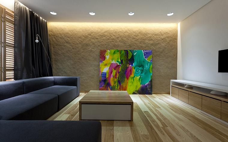 <p>Автор проекта: творческая мастерская  &laquo;РЫНТОВТ-ДИЗАЙН&raquo;.&nbsp;</p> <p>В этой современной гостиной использованы два источника верхнего света -&nbsp; ряд&nbsp; точечных светильников и закарнизная подсветка. С помощью светодиодной подсветки авторы проекта подчеркнули рельеф стены, а заодно осветили большое живописное полотно.</p>