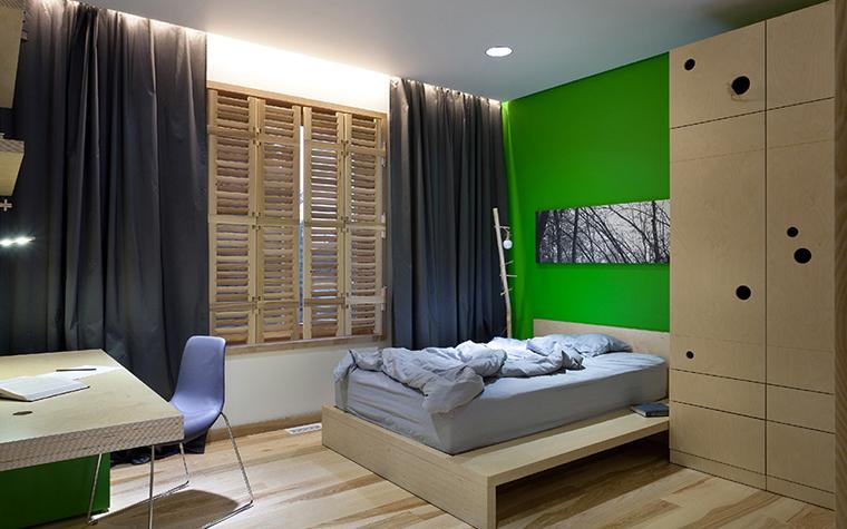 <p>Автор проекта: Ryntovt Design</p> <p>В интерьере отлично разыграна эко-тема. Здесь много натурального дерева (в мебели и отделках), к светлому монохрому добавлен экологичный зеленый цвет, а украшением стены стала &nbsp;ч/б фото с панорамой леса.&nbsp;</p>