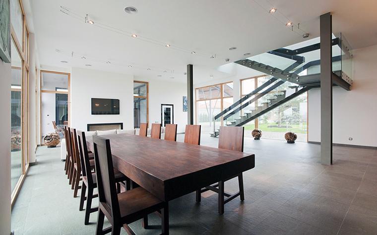 <p>Автор проекта: Мирослава Мисанюк</p> <p>Столовая первого этажа просторна и воздушна. Легкие конструкции лестниц, ведущих на второй этаж, делают интерьер еще более эффектным. </p>