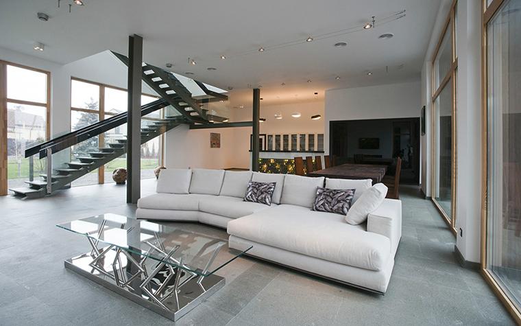 <p>Автор проекта: Мирослава Мисанюк</p> <p>Двухмаршевая металлическая лестница дополнила композицию открытой гостиной динамичными диагоналями.&nbsp; </p>