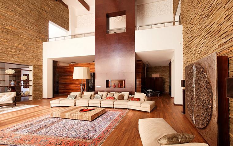 <p>Автор проекта: Роман Леонидов</p> <p>Роскошь этого интерьера обусловлена многими конструкциями. К ним можно отнести и стены, и камин, и полки, и потолки.</p>