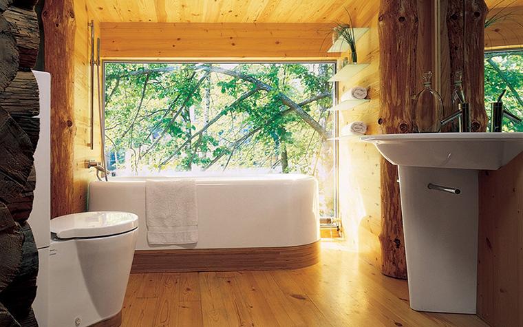 <p>Автор проекта: проектная группа &laquo;Поле-Дизайн&raquo;.</p> <p>Это как раз тот самый вариант, когда ванная комната в загородном доме имеет несколько больших окон. В теплое время года окна можно настежь открывать и принимать ванну в прямом смысле слова в саду.</p>