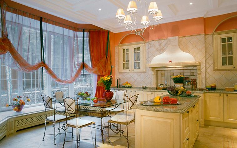 <p>Автор: Олег Резников</p> <p>Эта кухня с огромным эркером выходит в сад. Границы между интерьером и экстерьером совершенно размыты.</p>