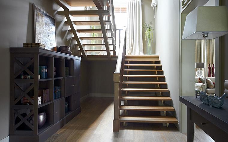 <p>Авторы проекта: Марианна Мерабова, Надежда Ященко.</p> <p>За счёт отсутствия подступенков лестница визуально воспринимается как лёгкая конструкция.</p>