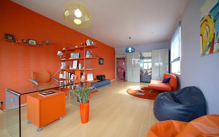 <p>Фотограф: Александр Кенденков</p> <p>Просторная детская комната условно поделена на зоны работы и отдыха. Их разделяет небольшая перегородка-стеллаж оранжевого цвета. А соединяет все пространство в единую композицию протяженная стена, покрашенная в яркий морковный цвет. Его поддерживают и яркие детали: диван, пуфы и аксессуары тоже цвета морковки!</p>