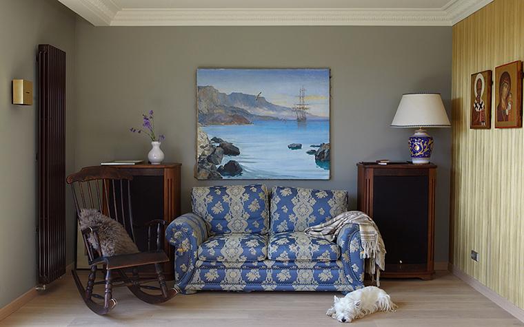 <p>Автор проекта: &laquo;Галерея Фрейма&raquo;н. Фотограф: Дмитрий Лившиц</p> <p>При оформлении небольших помещений достаточно украсить комнату живописной картиной или статуэткой. Текстильный декор синего цвета также будет уместен.</p>