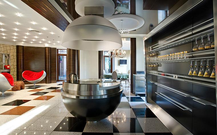 <p>Автор проекта: Елена Кулишова.&nbsp;</p> <p>Огромную зону гостиной - кухни по центру разделяет камин. Разделение, разумеется, условное. </p>